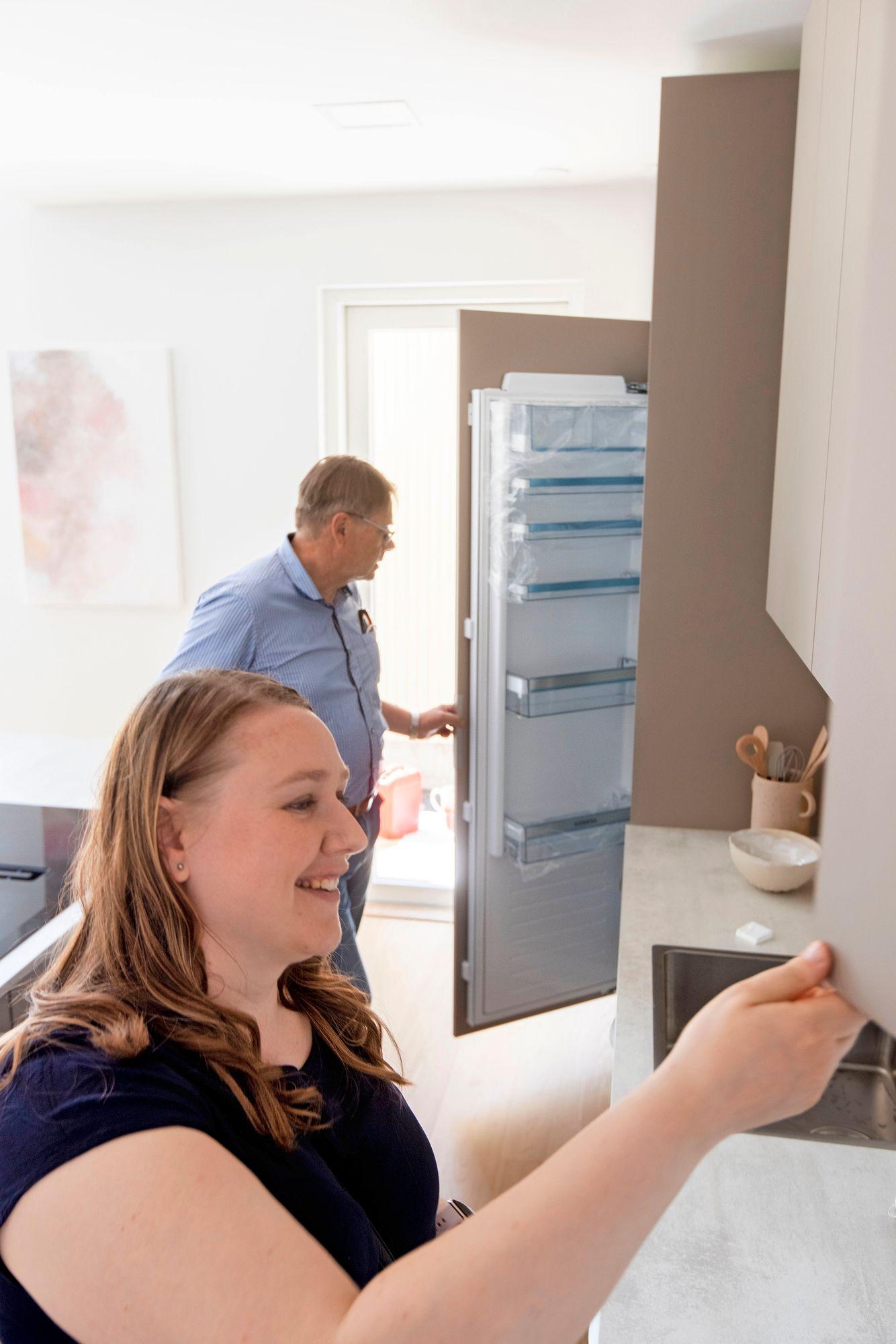 Ennen messujen avajaisia kaappeihin voi vielä kurkata. Anniina haluaisi omaan keittiöönsä leivontakaapin, jossa tarvikkeet olisivat valmiina, kun inspiraatio iskee. © Tommi Tuomi