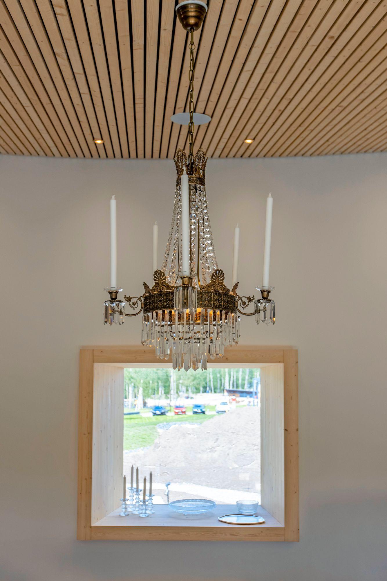 Ympyränmuotoisen talon laipiossa on tehty iso urakka, sillä jokainen rima on pitänyt mitata erikseen. Huoneita koristavat kattokruunut palvelivat jo asukkaiden edellisessä kodissa. © Tommi Tuomi