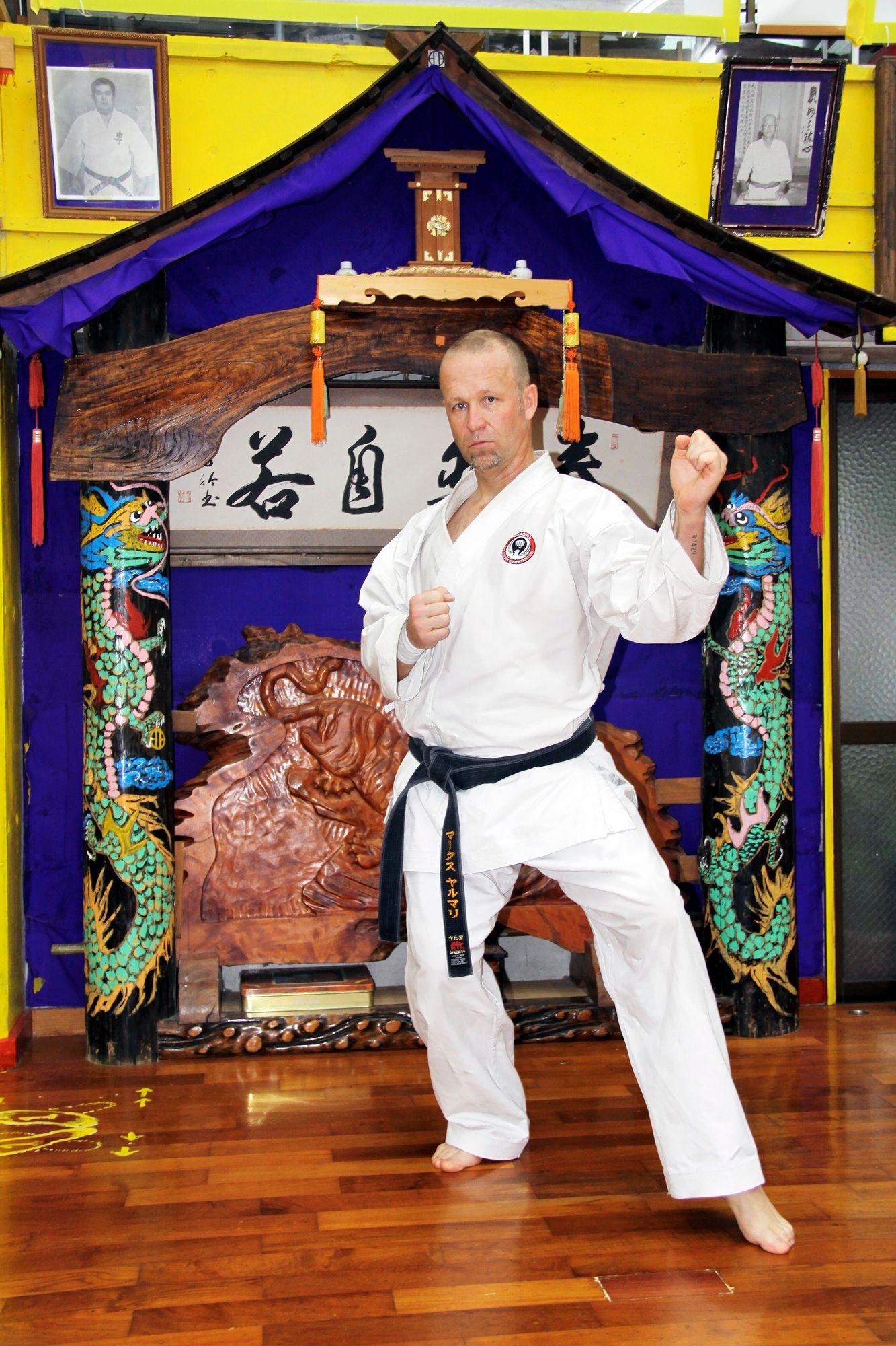Jukka Jalonen karateleirillä Japanin Okinawalla vuonna 2012. Jalosella on musta vyö sekä Shukokai- että Ken Shi kai -tyylin karatessa. © Jukka Jalosen kotialbumi