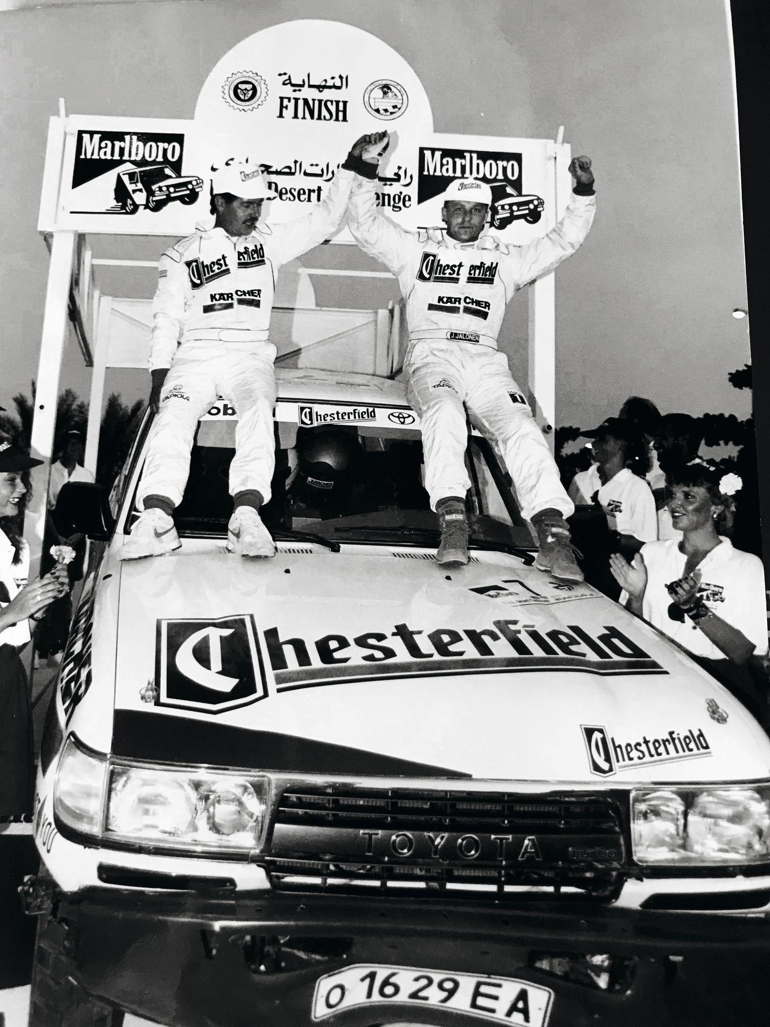 Nyt runoilijanakin tunnettu Jukka Jalonen on työskennellyt muun muassa moottoriurheilijana ja managerina. Kuvassa voittajana T1-luokan aavikkorallissa Arabiemiirikunnissa vuonna 1993.