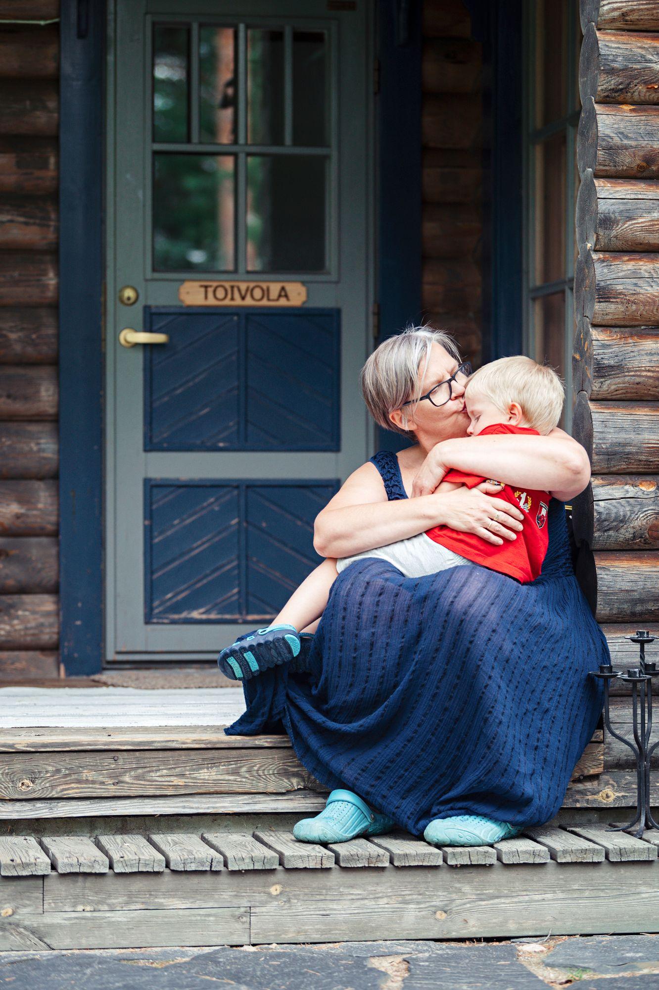 Äkillinen äidin ikävä laantuu mummin sylissä. © Pihla Liukkonen