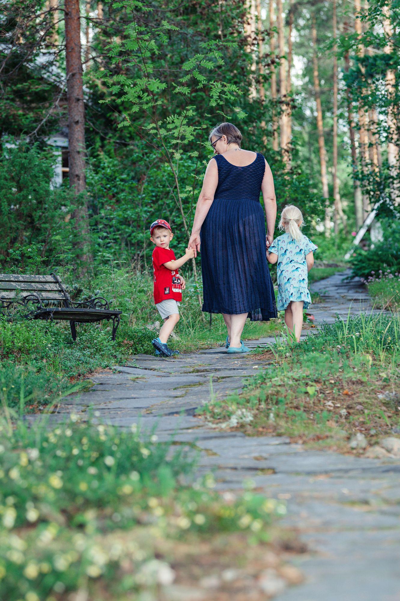 Rannalta vie mökille kivetty polku. Sitä on mukavinta kulkea mummin kanssa käsi kädessä. © Pihla Liukkonen