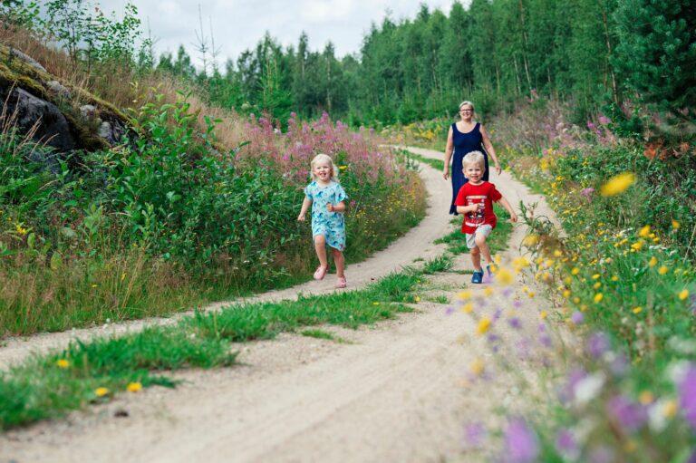 Mummolan tunnelmallisella mökkitiellä kelpaa Alinan ja Jimin kirmata. Mummi Annukka Toivola seuraa mukana. © Pihla Liukkonen
