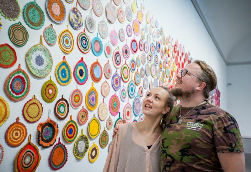 Tarkastelun alla Anu Tuomisen teos  Oikeita väriympyröitä. © Ella Karttunen