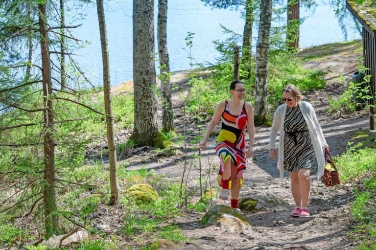 Mökkirannasta on vähän vaikea pulahtaa uimaan, joten sisarusten yhteisten viikonloppujen rituaaleihin kuuluu kävely metsäpolkua pitkin läheiselle uimarannalle.  © Milla von Konow
