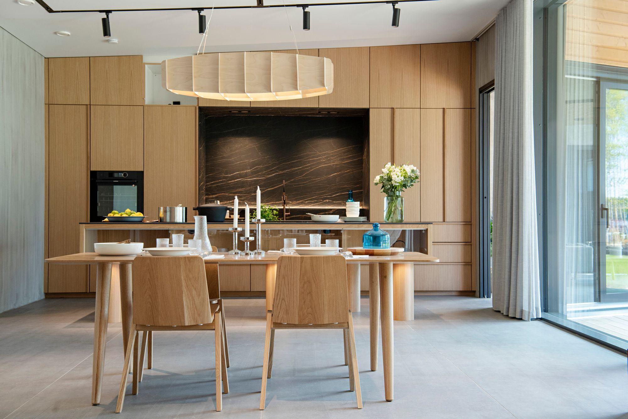 Hirvosten kodissa on luonnonvaloa ja tilaa. Keittiö on kotimaisen Saari-keittiöiden Silta-mallistoa. © Susa Junnola