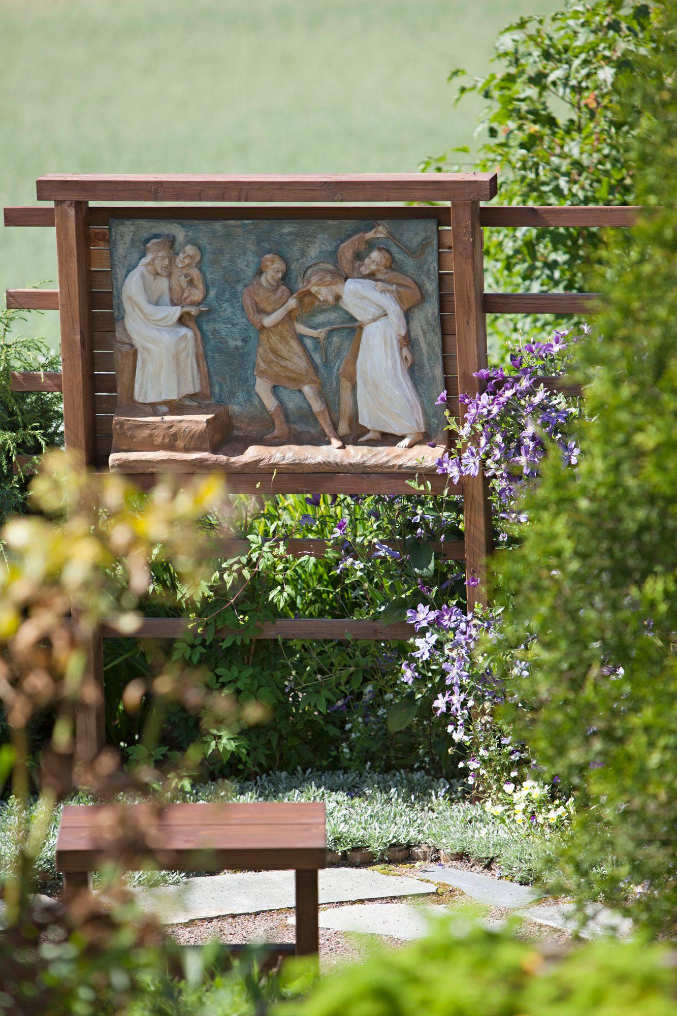 Rukouspuutarhassa kuvataan Jeesuksen ylösnousemuksen tie. © Sini-Marja Niska