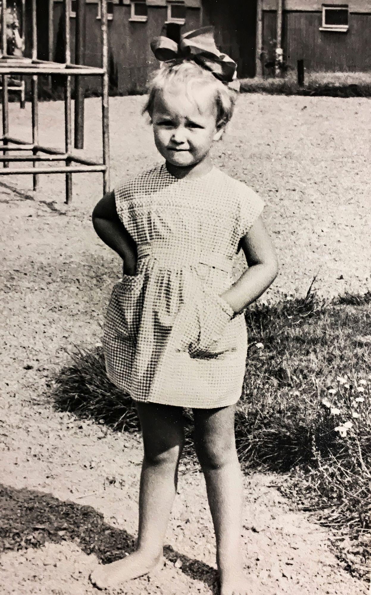 Liisa 4-vuotiaana lapsuuden kodin pihamaalla Käpylässä. Hän kuuli adoptiostaan vasta 17 vuotta myöhemmin. © Liisa Isotalon kotialbumi