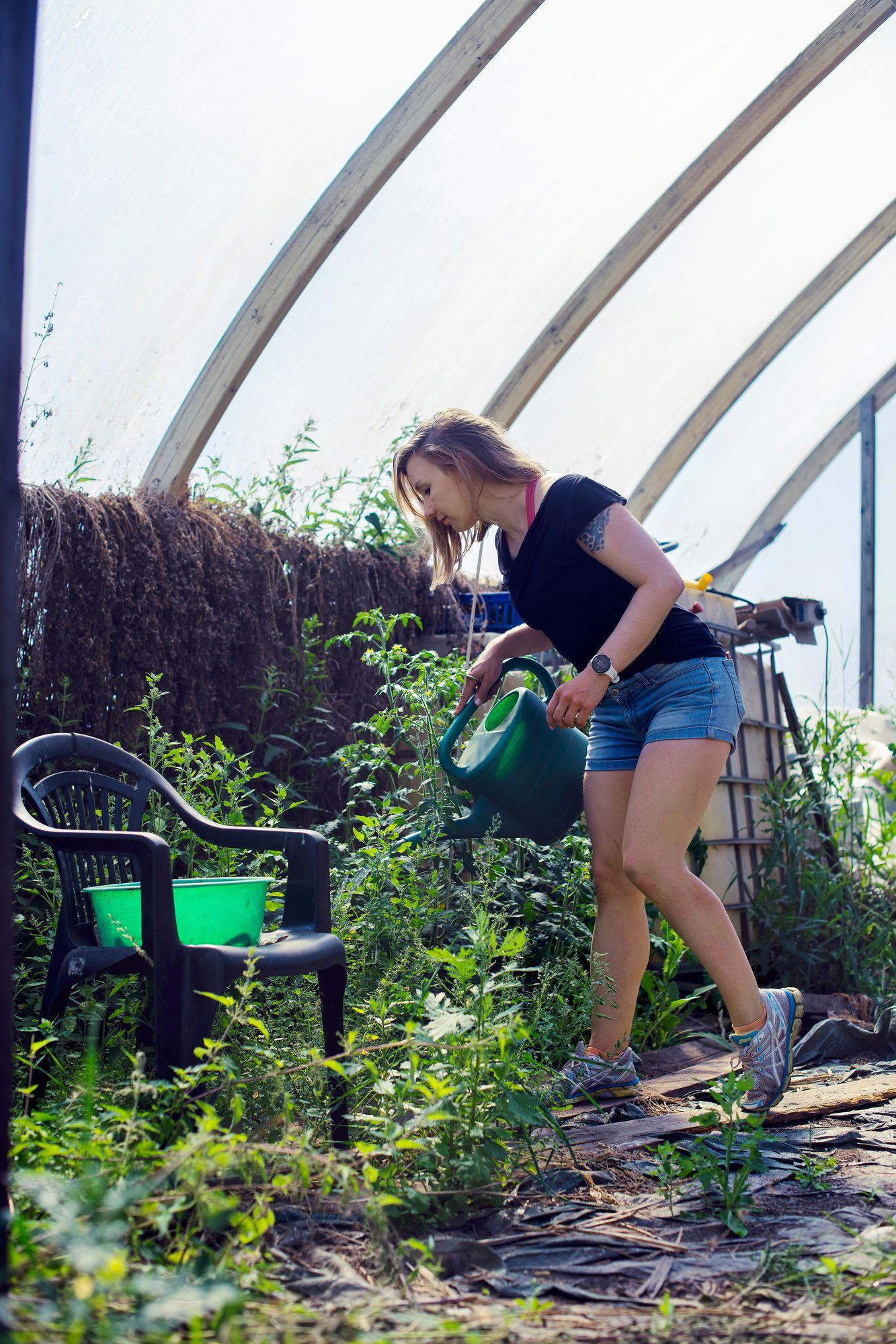 """Korona-aikana Laura on innostunut viljelystä myös oman asuntonsa pihalla. """"Suurin osa viljely-yrityksistä on onnistunut, mutta härkäpavuista tuli vain muutama papu."""" © Sampo Korhonen"""
