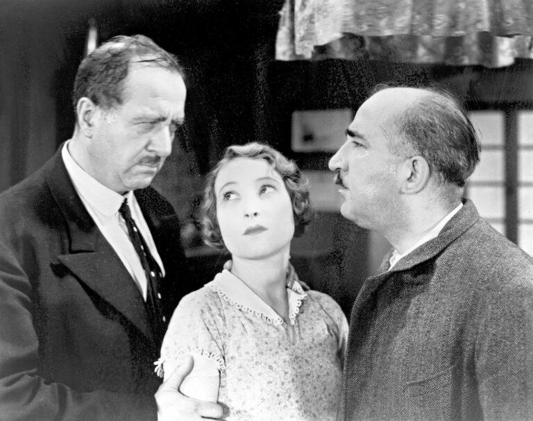 Raskaana oleva Fanny (Orane Demazis) punnitsee vaihtoehtojaan Césarin (Raimu) ja Panissen (Fernand Charpin) ympäröimänä.