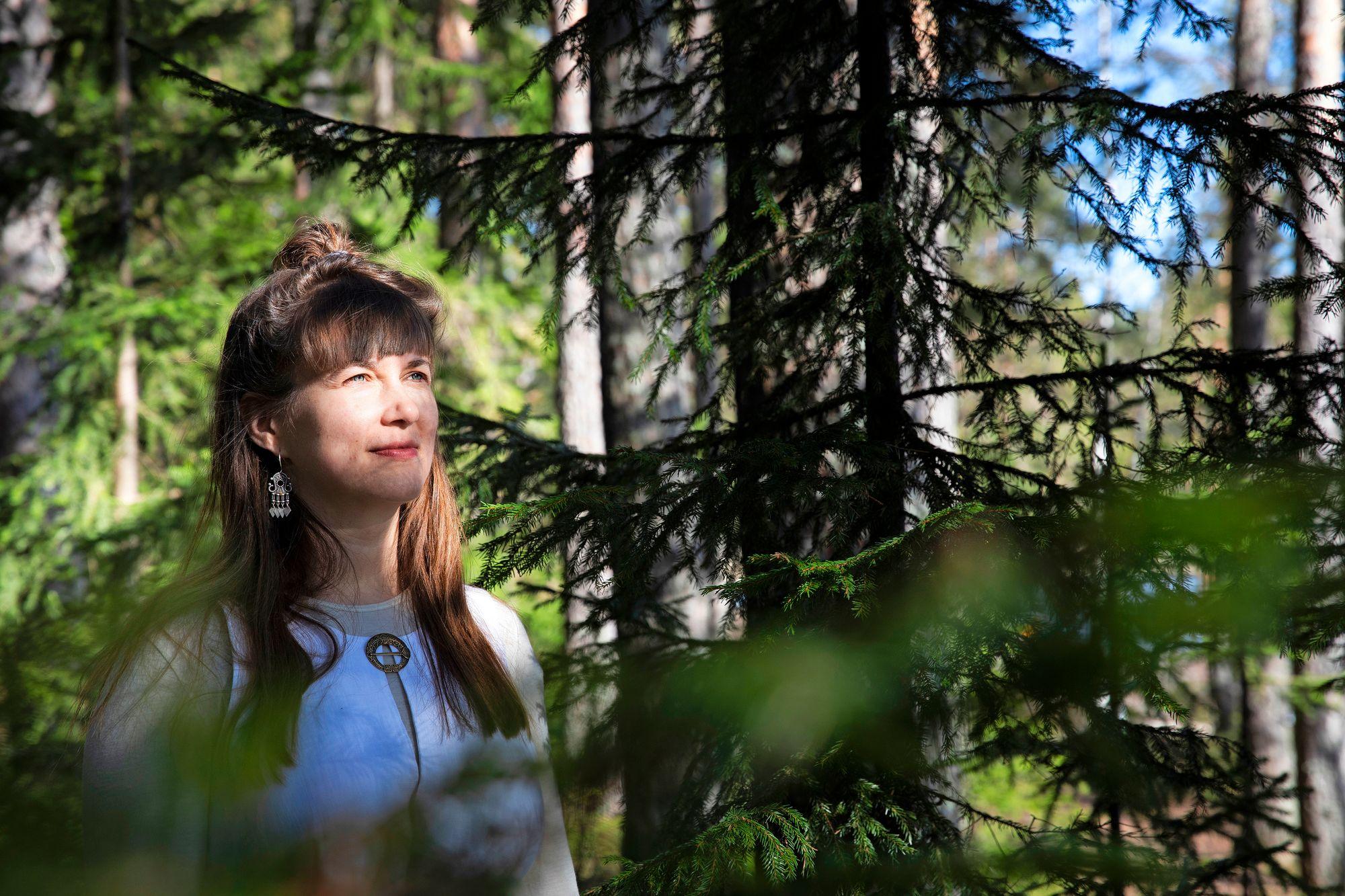 Helena Karhu on yhteiskuntatieteiden maisteri, mutta myös šamaani. © Riikka Hurri