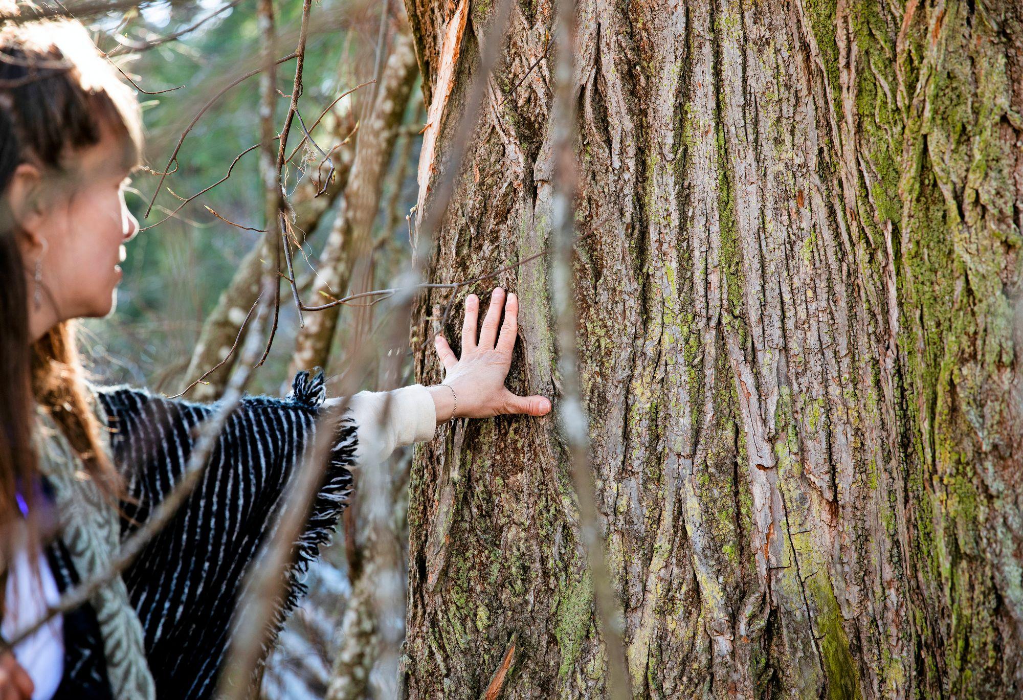 Helena Karhu kehottaa olemaan luonnossa aistit avoimena ja herkkinä. © Riikka Hurri