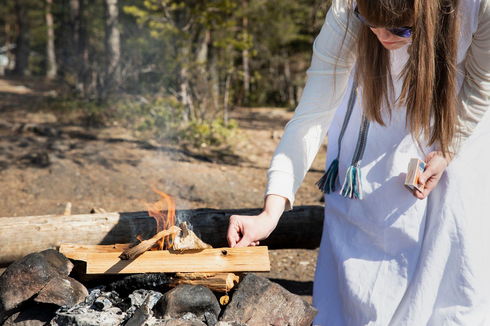 Helena Karhu on länsimaisen lääketieteen kannattaja, mutta se ei hänen mielestään sulje pois myös muita hoitamisen tapoja. © Riikka Hurri