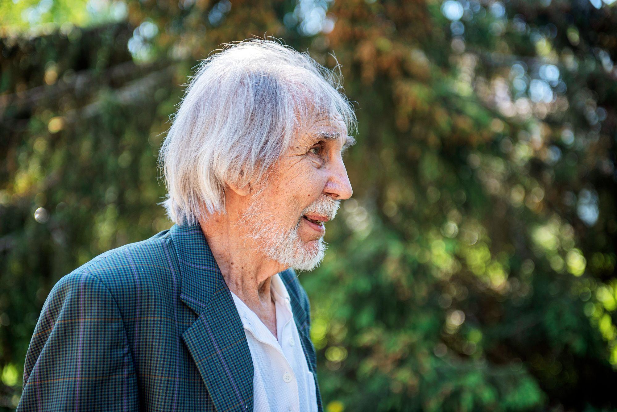 Opettaja Heikki Teiro otti vuonna 1974 huostaansa muutamia savitaipaleenkanan untuvikkoja – ja oli näin varmistamassa lajin säilymistä. © Vesa Tyni