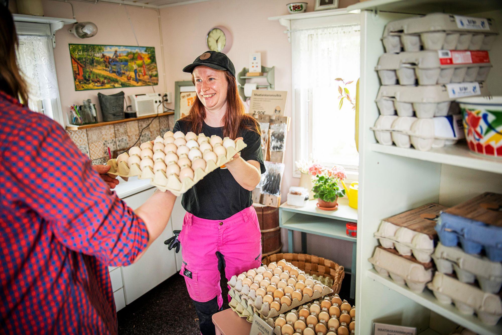 """Munantuotannon määrässä maatiaiskana häviää tehotuotantolinnuille. Kananmunan """"aidompi"""" maku sen sijaan on monelle ruuanlaittajalle tärkeä asia. © Vesa Tyni"""
