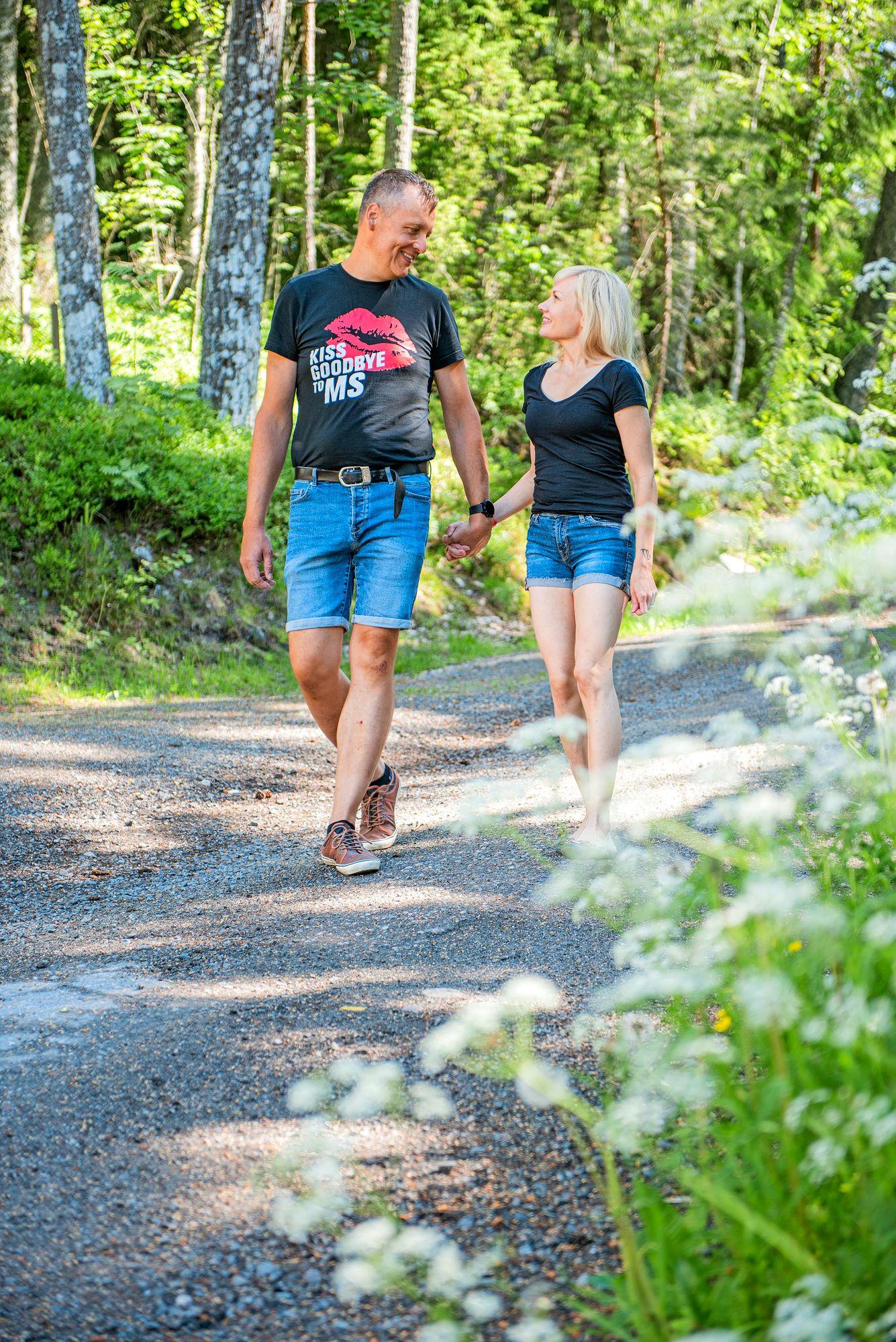 """""""Näin tämän piti mennäkin"""", Jan-Erik ja Miia Merivirta kuvailevat helmikuussa 2020 vietettyjen häiden tunnelmia. Kumpikaan ei kaivannut enää humppahäitä, tärkeintä oli läheisimpien läsnäolo. © Vesa Tyni"""