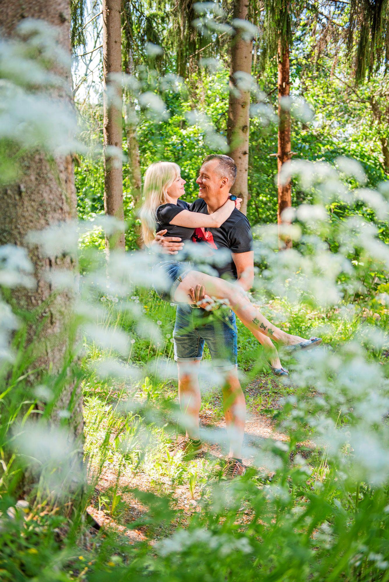 """Miia uskaltautuu Jan-Erikin kanssa metsään ja lenkkipoluille. Joskus jalat """"loppuvat kesken"""", kuten hän kutsuu kävelyään huonoina päivinä. Silloin Jan-Erik kantaa Miian kotiin. © Vesa Tyni"""