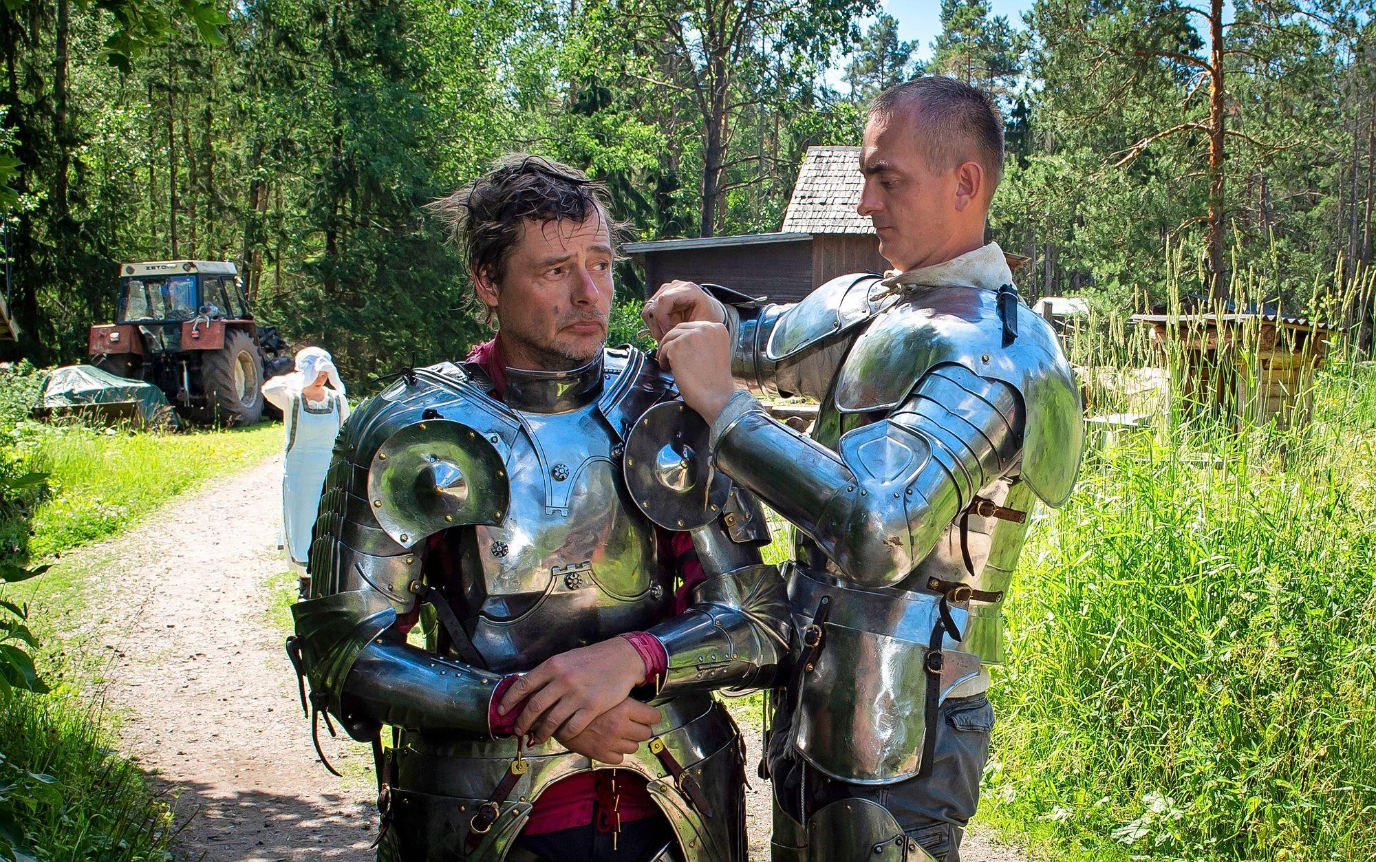 Käsityönä taottu haarniska on arvokas henkivakuutus. Sergii Lugovskyi auttaa Jaakko Nuotiota pukemisessa. © Shoja Lak