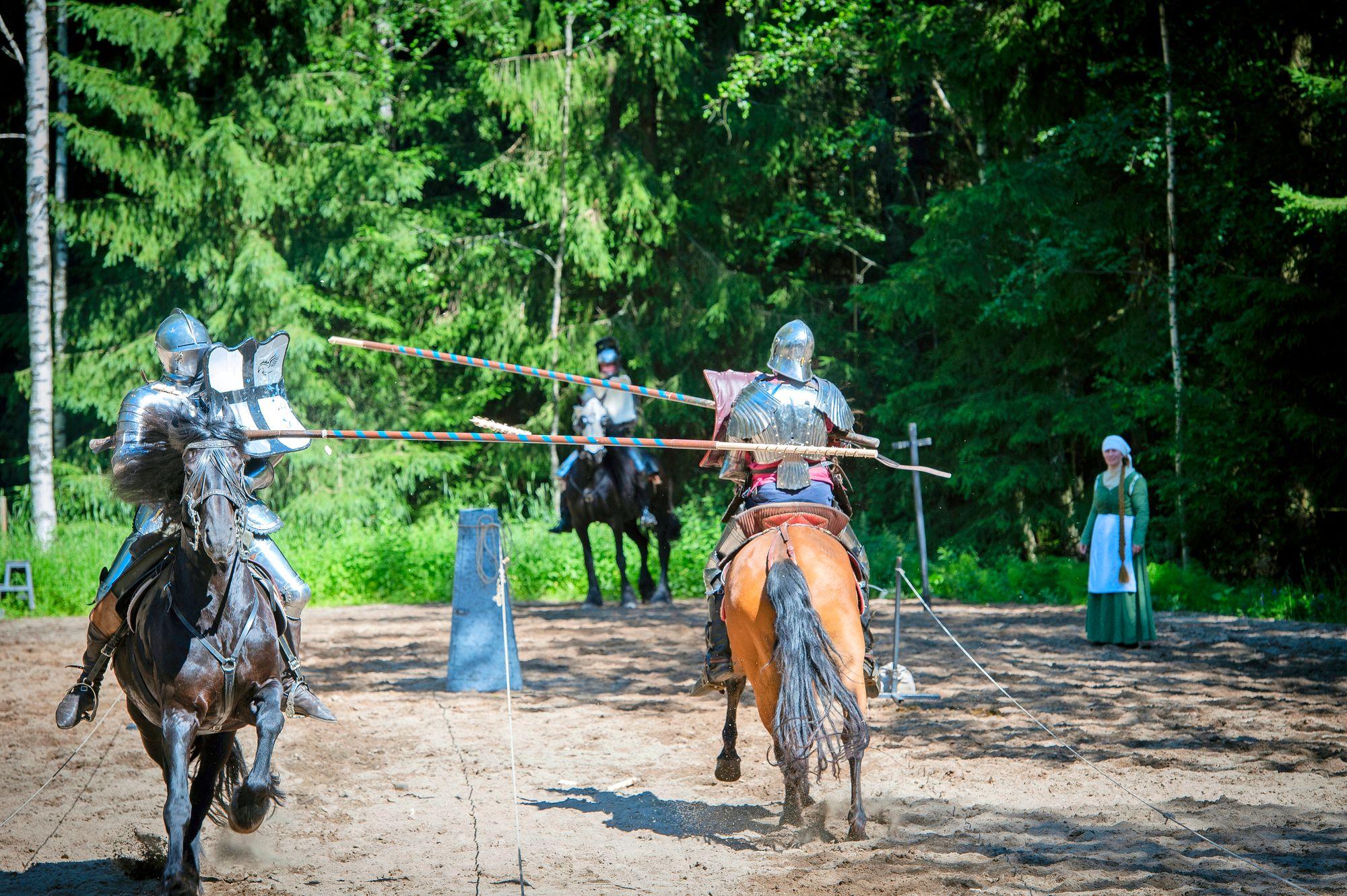 Historiallisen ratsastuksen kuninkuuslaji on peitsitaistelu eli jousting, jossa ratsastajat kirjaimellisesti luottavat henkensä toisen käsiin. © Shoja Lak