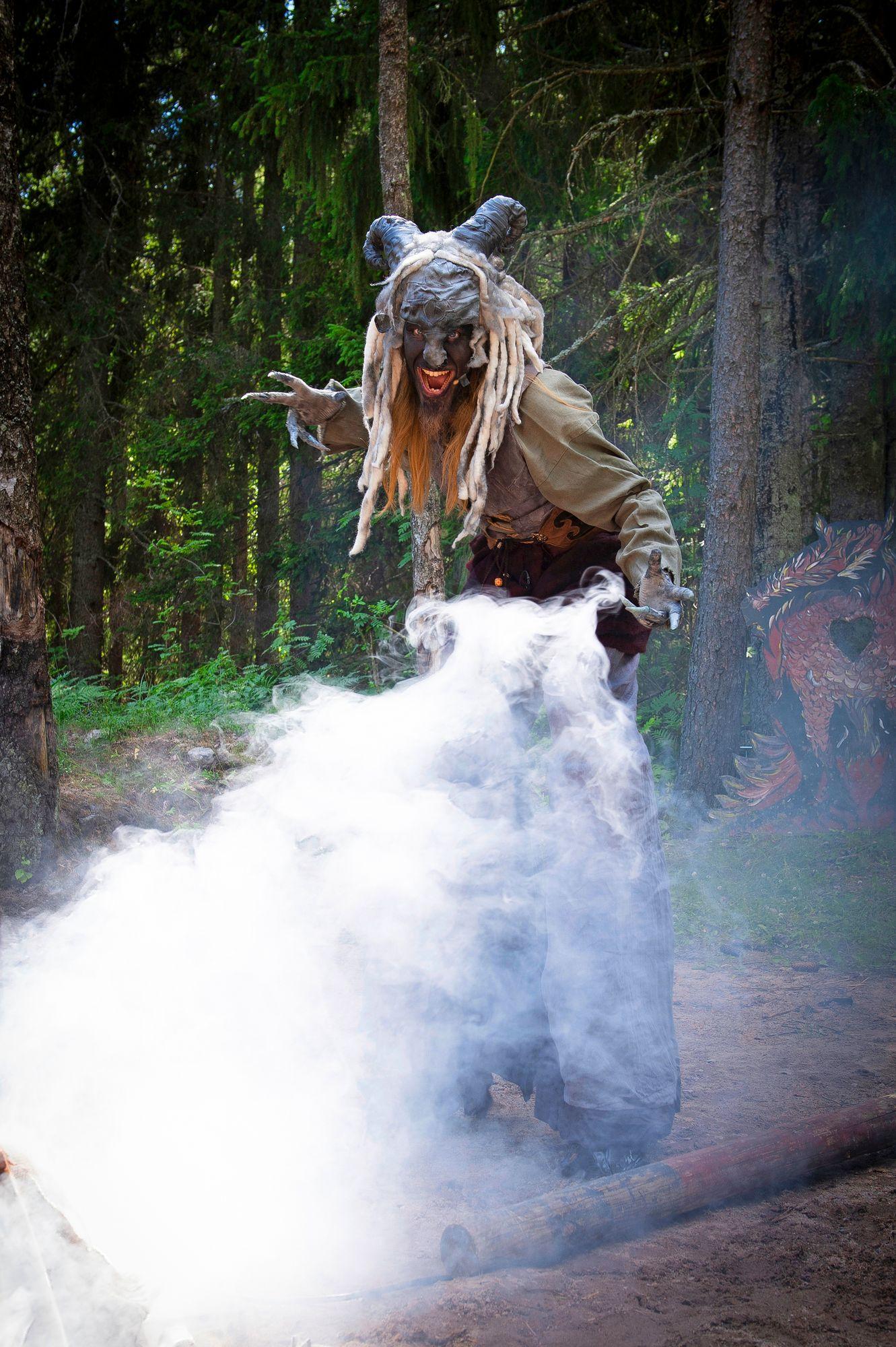 Paavo Muhonen faunin asussaan toimii Tenebriksen kertojana, joka johdattaa katsojaa eteenpäin juonenkäänteissä. © Shoja Lak