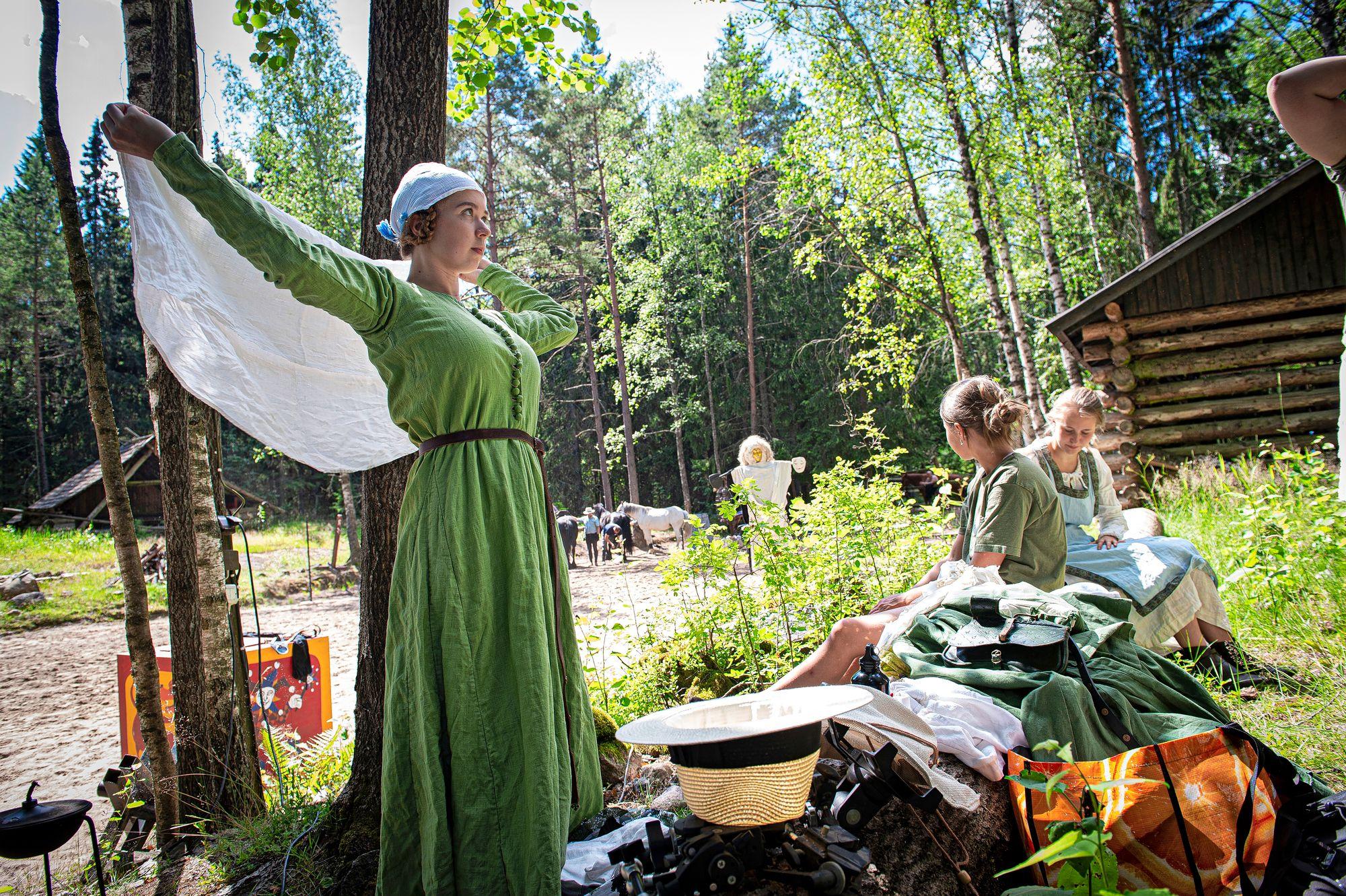 Tenebris-esitys toteutetaan 20 vapaaehtoisen voimin. Etualalla kenraaliharjoitukseen valmistautuu Kirsi Lahtinen, joka on yksi kyläläisistä. © Shoja Lak