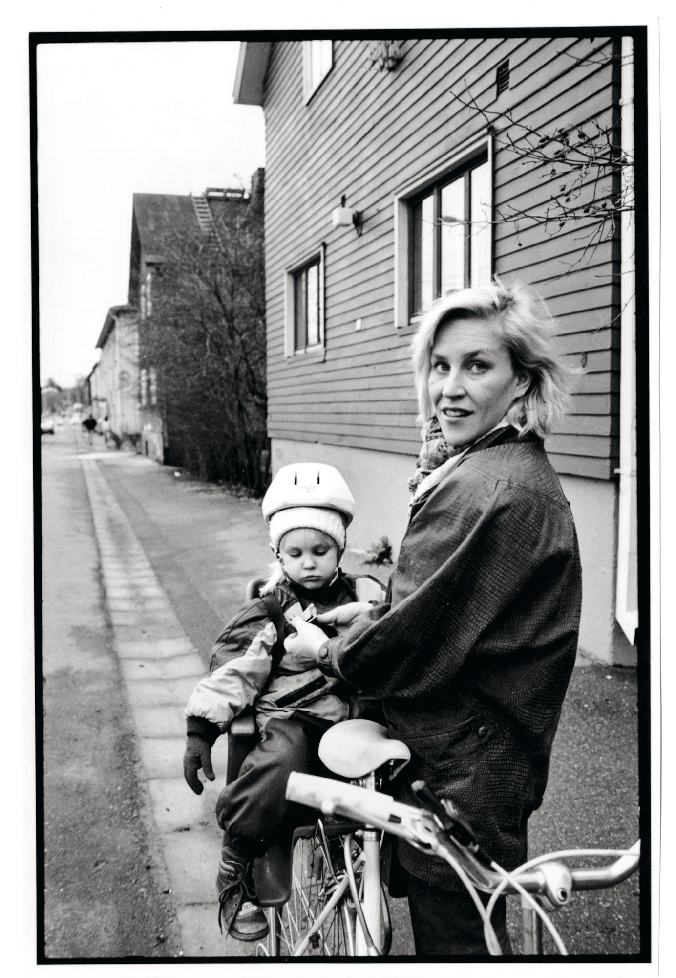"""""""Kuvassa eletään 1980-luvun loppua Helsingin Kumpulassa, jossa tuohon aikaan asuimme. Tyttäreni Sinna on parivuotias ja olemme lähdössä pyöräilemään."""" © Ari Heinonen/Otavamedia"""