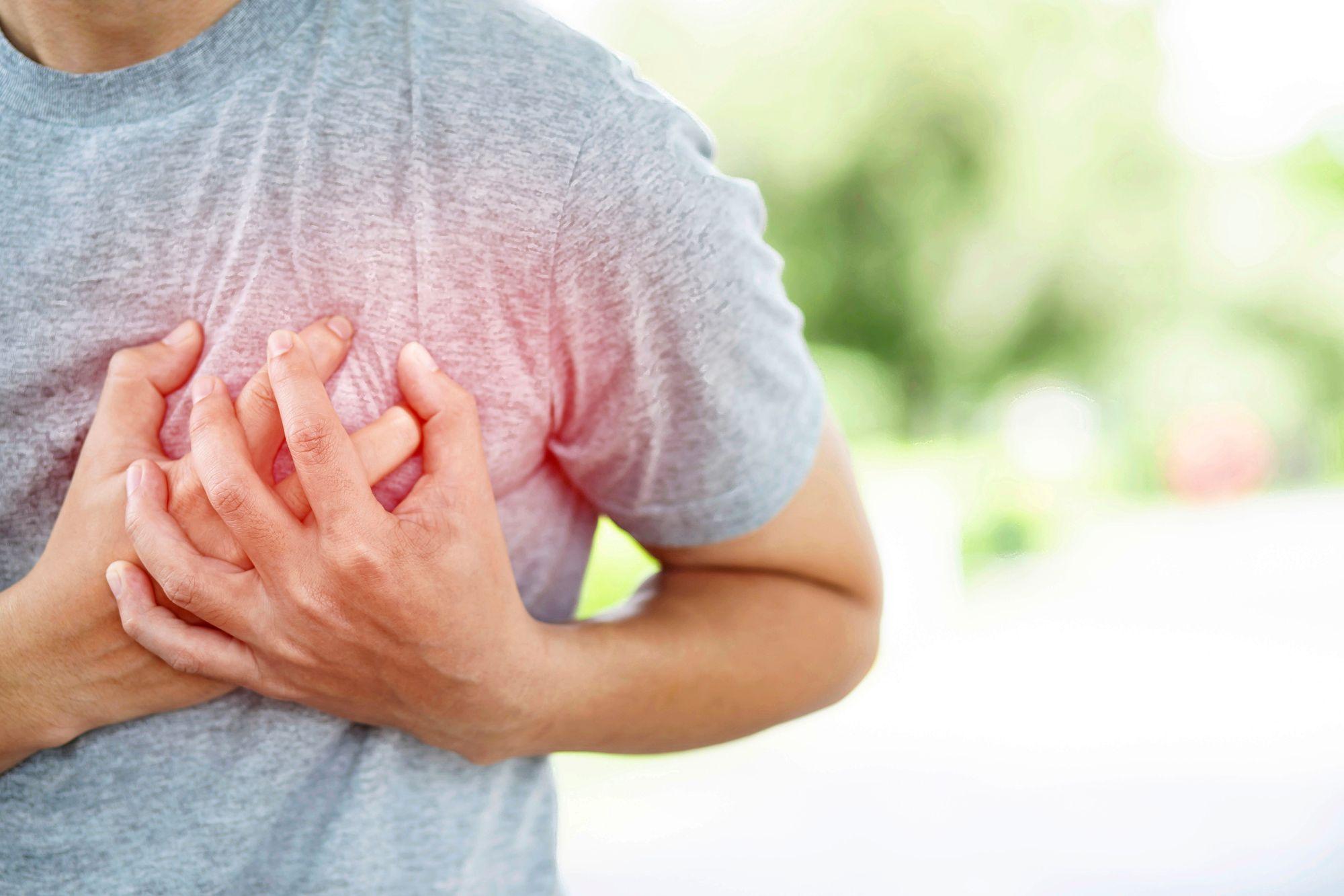 """""""Jos närästysoireilu, rintalastalla tuntuva polttelu, yskiminen tai nielemisvaikeudet jatkuvat, on syytä hakeutua jatkotutkimuksiin."""" © istock"""