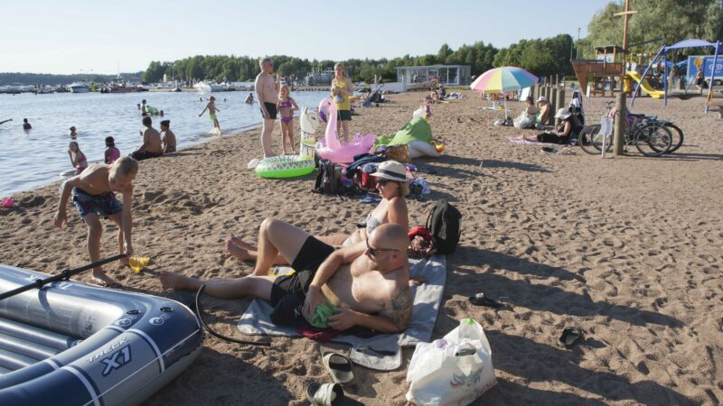 Mikko Kangas ja Karina Rongonen nauttivat lapsineen kesäpäivästä Aurlahden uimarannalla, joka sijaitsee Lohjalla keskustan kupeessa.