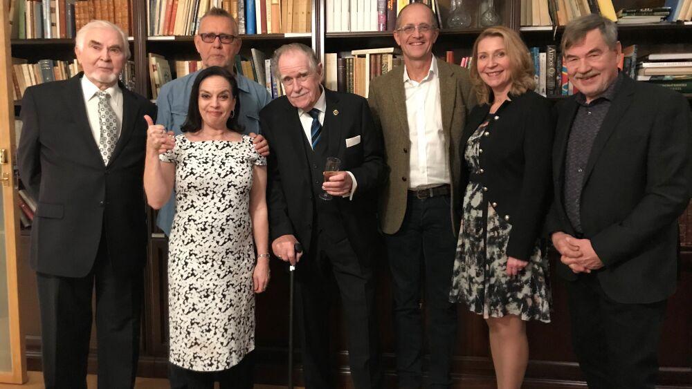 """""""Se oli ihanaa aikaa"""", muistelevat Metsoloissa näytelleet Algot Böstman (Nils Eklund), Anna-Leena Härkönen (Liisa Metsola), Svante Martin (Risto Metsola), Mikael Andersson (Stig Eklund), Katriina Honkanen (Eeva Metsola) ja Juha Hyppönen (Kari Kaukovaara) ohjaaja Carl Mestertonin ympärillä. © ERKKI MERILUOTO / OTAVAMEDIA"""
