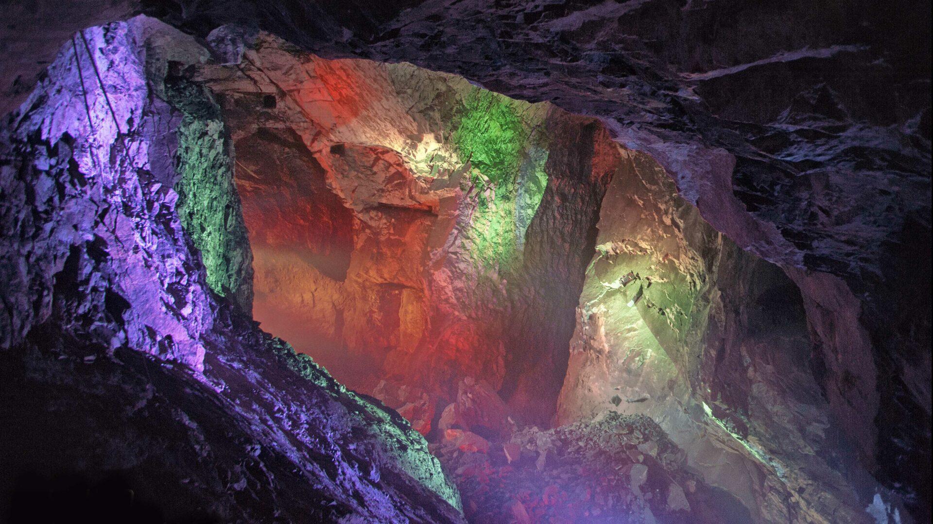 Kierros Tytyrin elämyskaivoksessa Lohjalla päättyy valoteokseen sadan metrin syvyydessä.