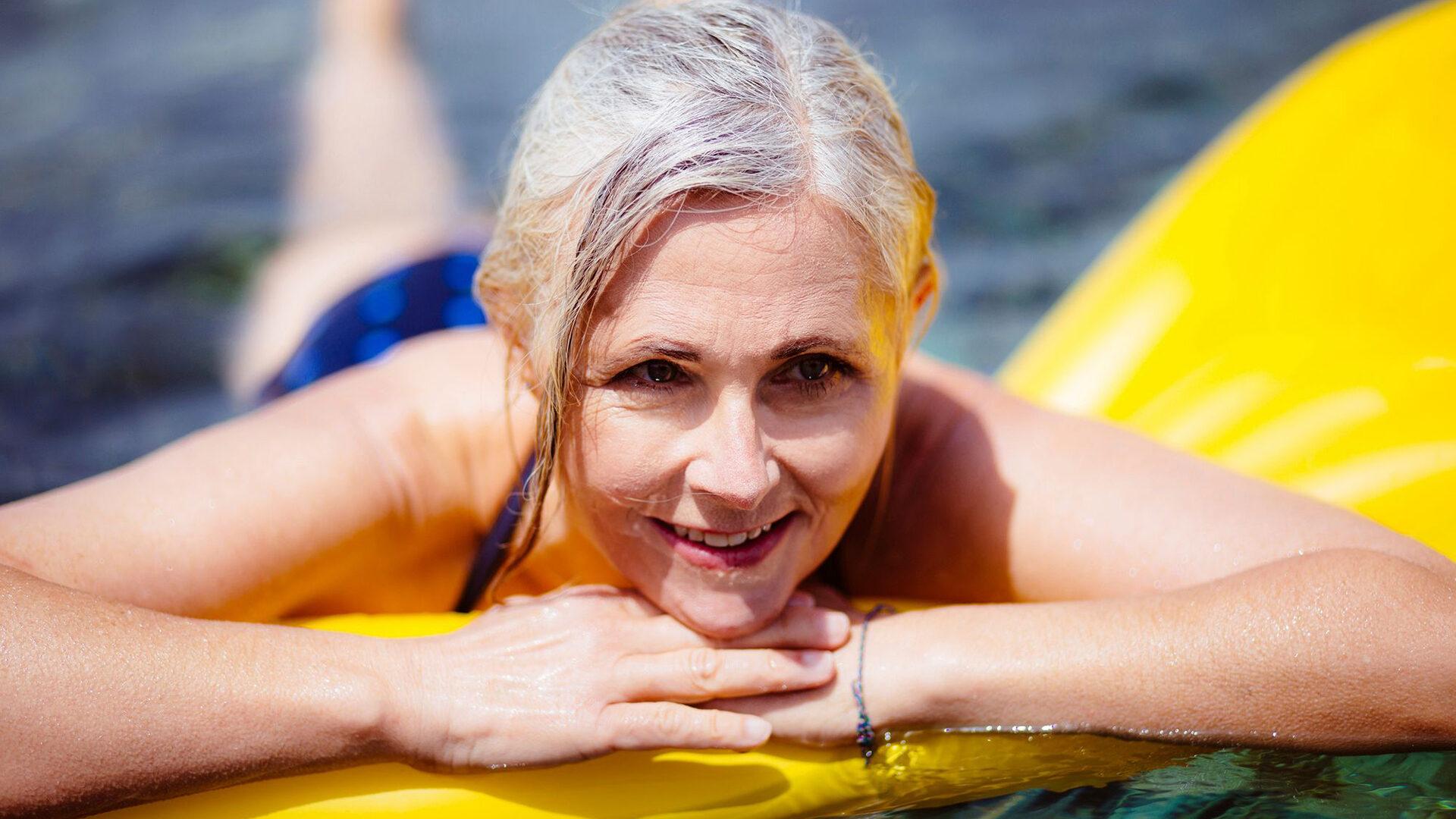 helteellä uimassa