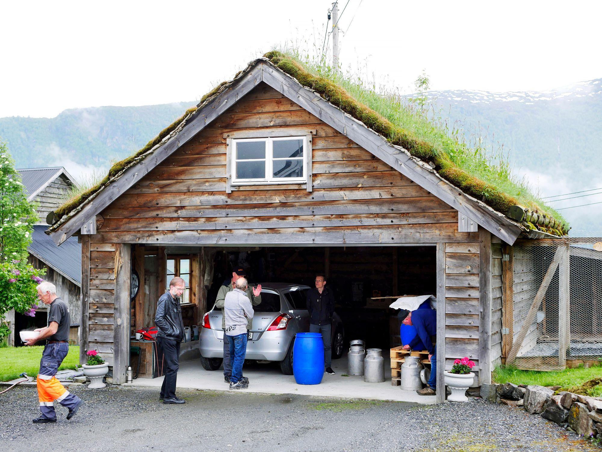 Muinaisoluen panoa Hornindalissa, Norjassa. Olut on kuin sahtia, mutta käytetty paikallisella hiivajuurella, kveikillä. © Mika Laitinen
