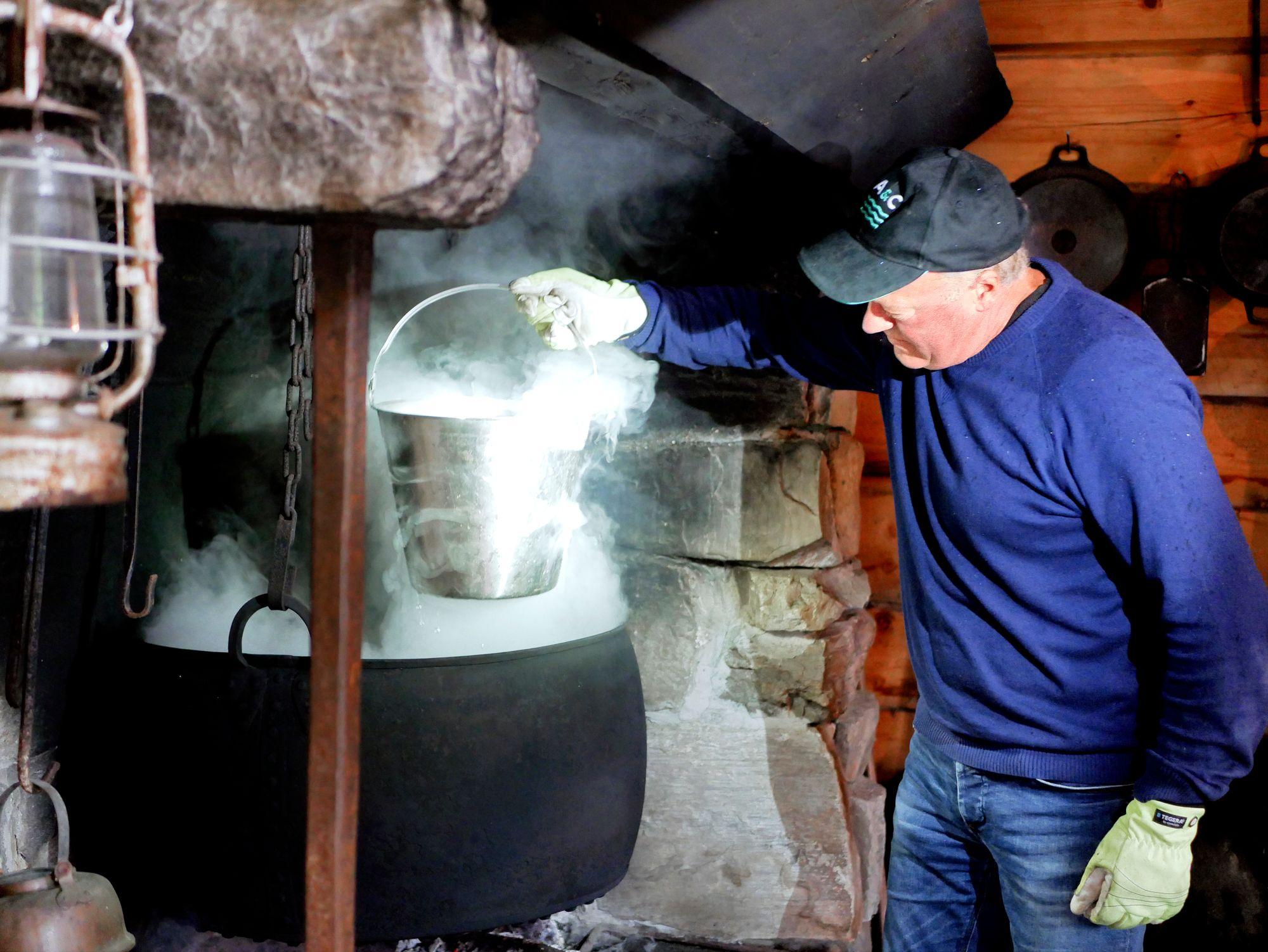 Norjalainen Stig Seljeset keittää katajavettä laitteiden puhdistukseen ja oluen mausteeksi. © Mika Laitinen