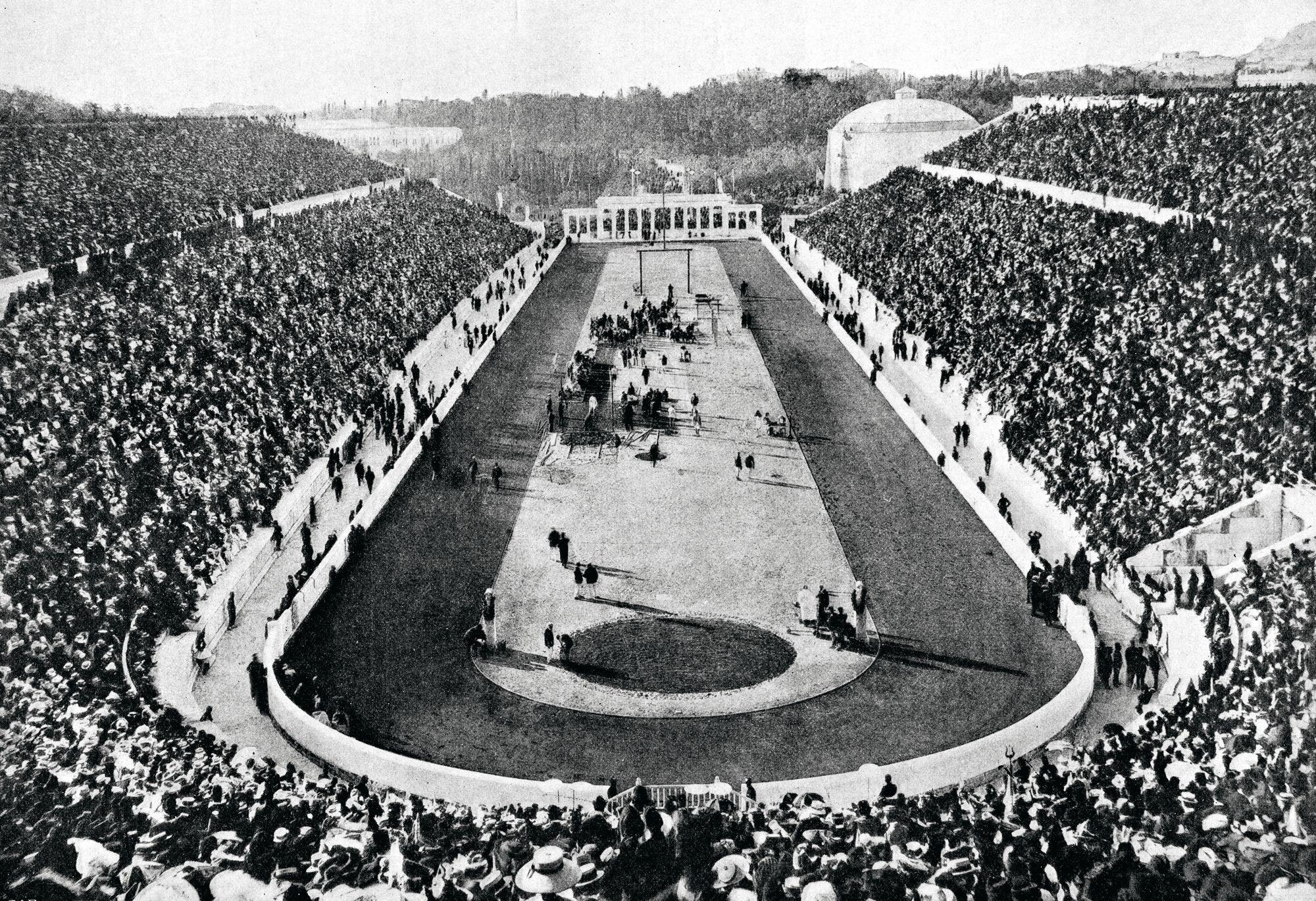 Ateenan väliolympialaisten päänäyttämö vuonna 1906 oli Panathinaiko-stadion, joka uudistettuna on yksi Ateenan suosituista nähtävyyksistä. Se oli vuoden 2004 olympiakisojen maratonjuoksun maalipaikka. © Suomen Urheilumuseo