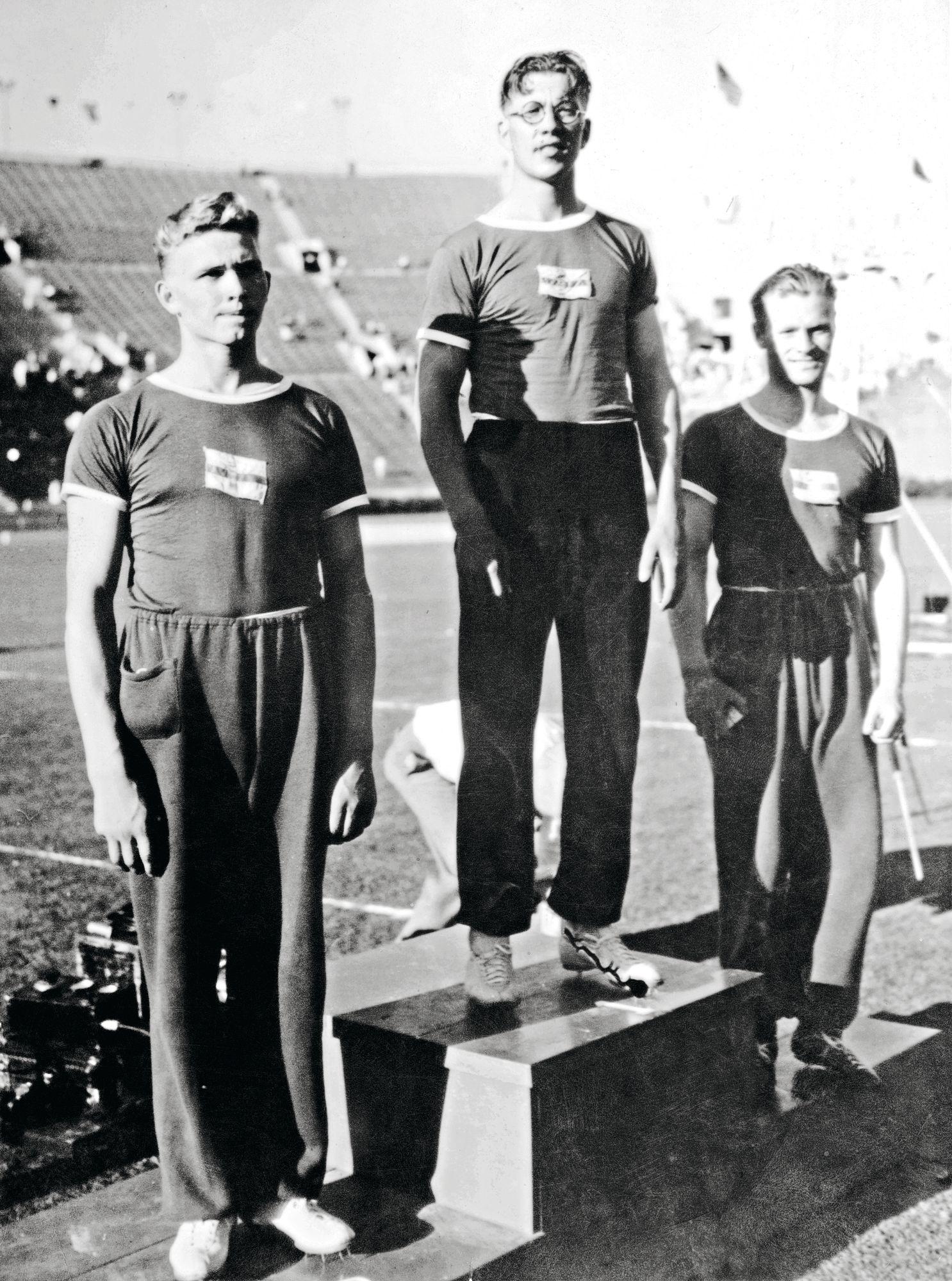 Matti Järvinen (kesk.), Matti Sippala (vas.) ja Eino Penttilä toivat Suomelle kolmoisvoiton Los Angelesin olympialaisista. © Suomen Urheilumuseo