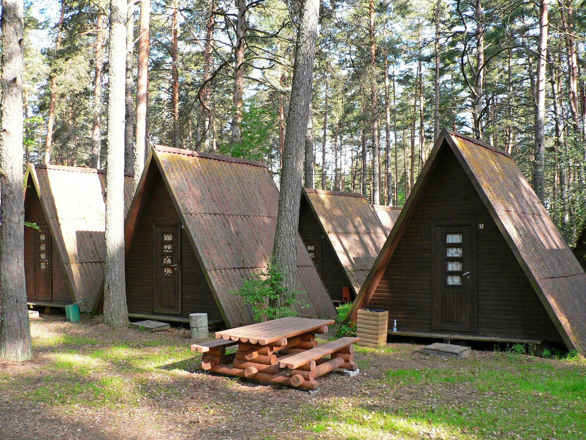 Kauksin lomakylään tuotiin aikoinaan bussilasteittain väkeä Moskovasta ja Pietarista. Kun Viro itsenäistyi uudelleen 30 vuotta sitten, alueen mökkimajat rakennettiin entiseen asuunsa.