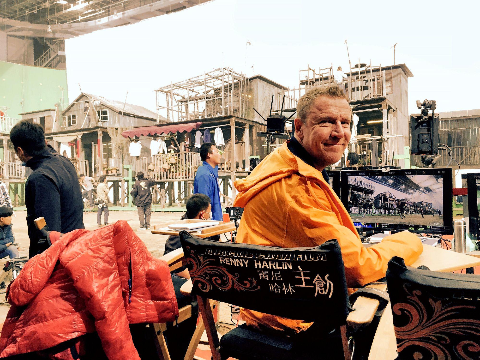 """Skiptrace-elokuvan kuvauksissa vuonna 2016. """"Yhtiöni Extraordinary Entertainment toimii edelleen Kiinassa sekä USA:ssa ja Euroopassa. Teimme juuri neljän elokuvan tuotantosopimuksen Intiassa."""" © Renny Harlinin kotialbumi"""