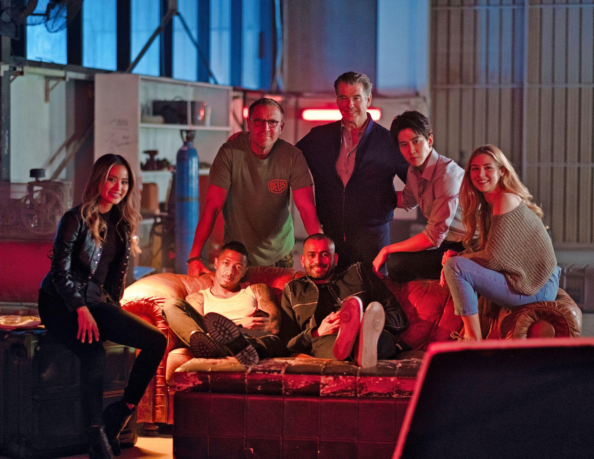 Hetki The Misfits-toimintatrillerin kulisseissa. Elokuva ehdittiin kuvata juuri ennen koronapandemiaa, ja maailmanensi-iltansa se sai kesäkuussa. Miespääosaa näyttelee Bond-tähtenäkin tunnettu Pierce Brosnan. © Renny Harlinin kotialbumi
