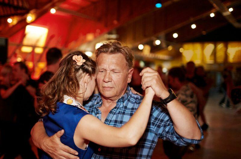 """Näyttelijä Pertti Koivula iski lavoille heti, kun ne keskikesällä avautuivat. Parkettien suurkuluttaja nautti läheisyydestä tanssiparinsa kanssa. """"Tanssiessa herää monenlaisia tunteita"""", hän sanoo. © Sara Pihlaja"""