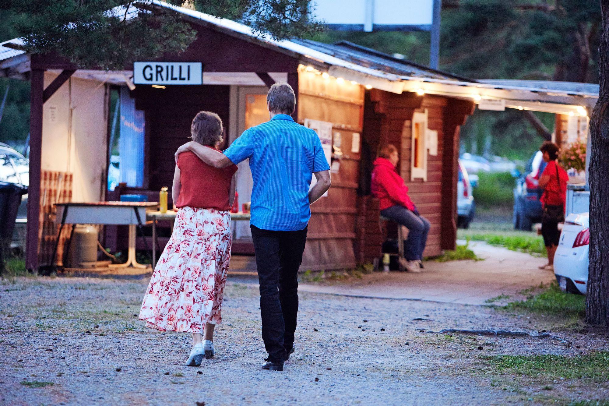 Viileä kesäilta kutsuu huilaamaan. Heinäkuussa pitkä helleputki koetteli tanssilavoja, kun kuumalla säällä ihmiset eivät jaksaneet tulla tanssimaan. © Sara Pihlaja