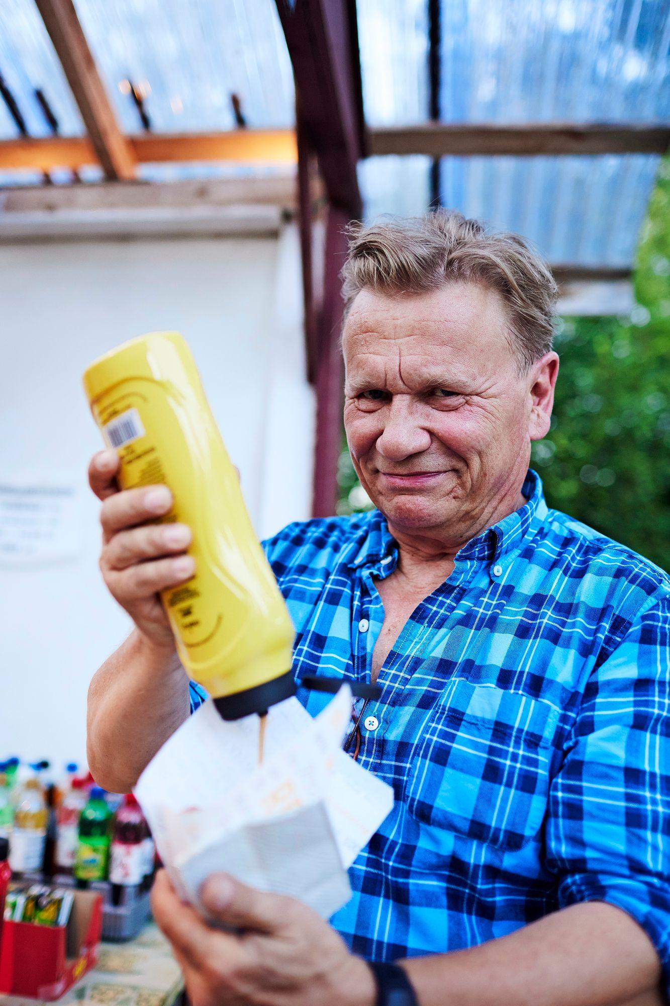 Illan aikana Pertti Koivula kuluttaa pari tuhatta kaloria. Jossain kohtaa on saatava makkara. © Sara Pihlaja