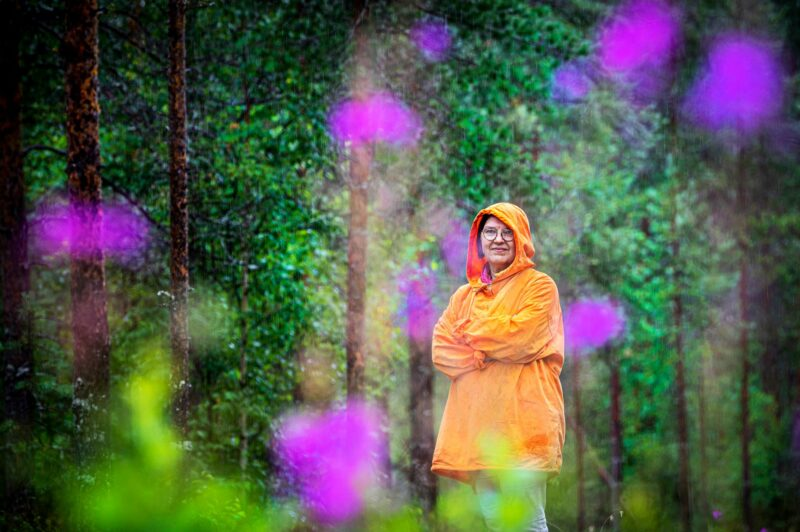 Kati Sarvela haluaa kouluttaa suomalaista yhteiskuntaa tietoisemmaksi traumoista. Hammaslääkärinä hän toivoo esimerkiksi terveydenhuoltoon lisää lempeyttä, rauhoittavaa läsnäoloa ja kykyä käsitellä rakentavasti vaikeitakin tilanteita kuten potilaan hoidosta kokemia haittoja. © Miska Puumala