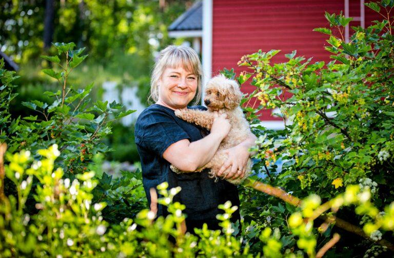 Mari Lehtonen on saanut kaksi sydänkohtausta. Oireet varoittelivat tulevasta, mutta kukaan ei uskonut vakavaan sairauteen. Nyt Mari haluaa kääntää kokemansa muiden eduksi.  © Tommi Mattila