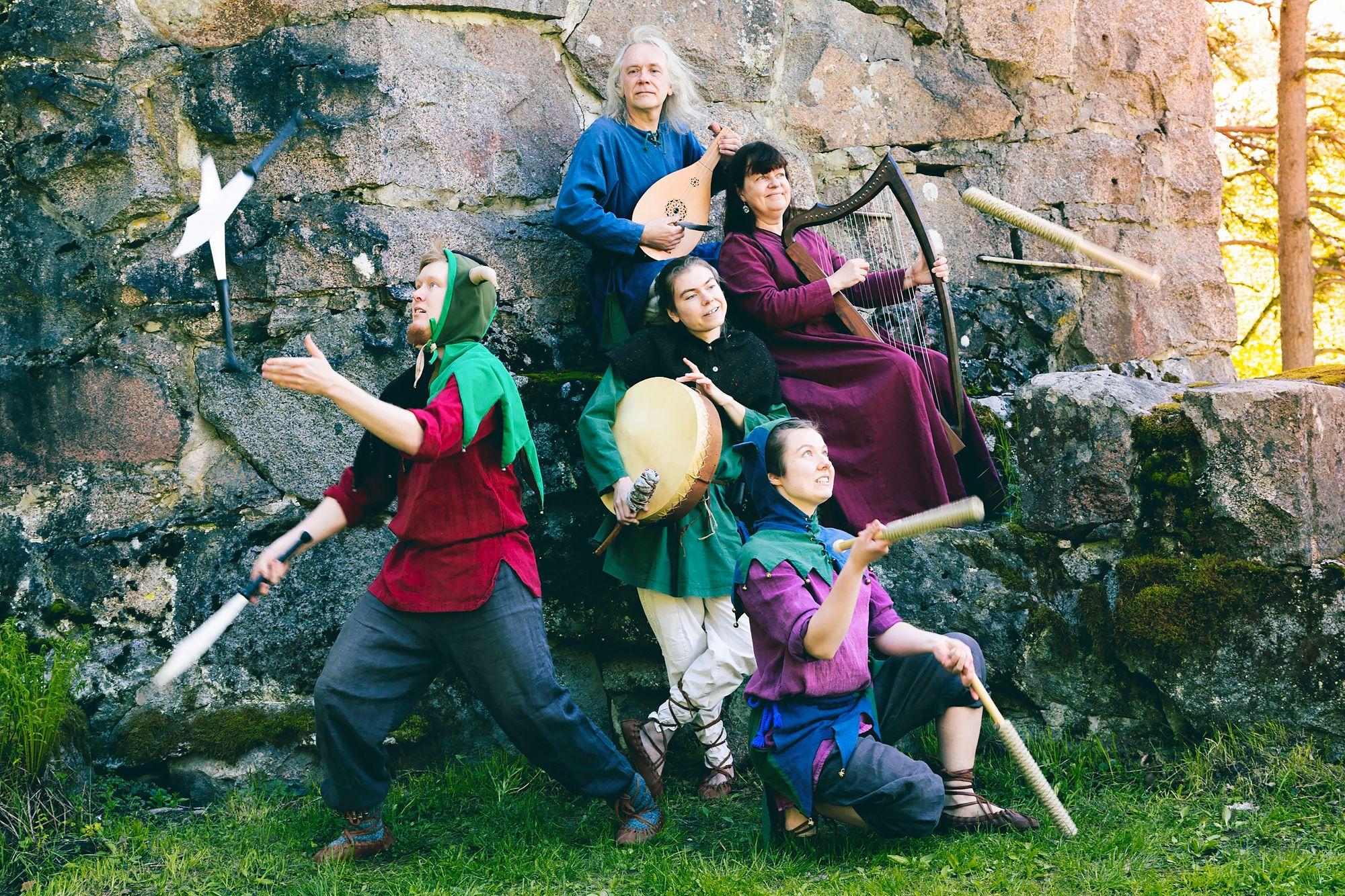 Yksi esiintyjistä on keskiaikaista musiikkia soittava Härkätien Leikarit. © Joonas Purastie