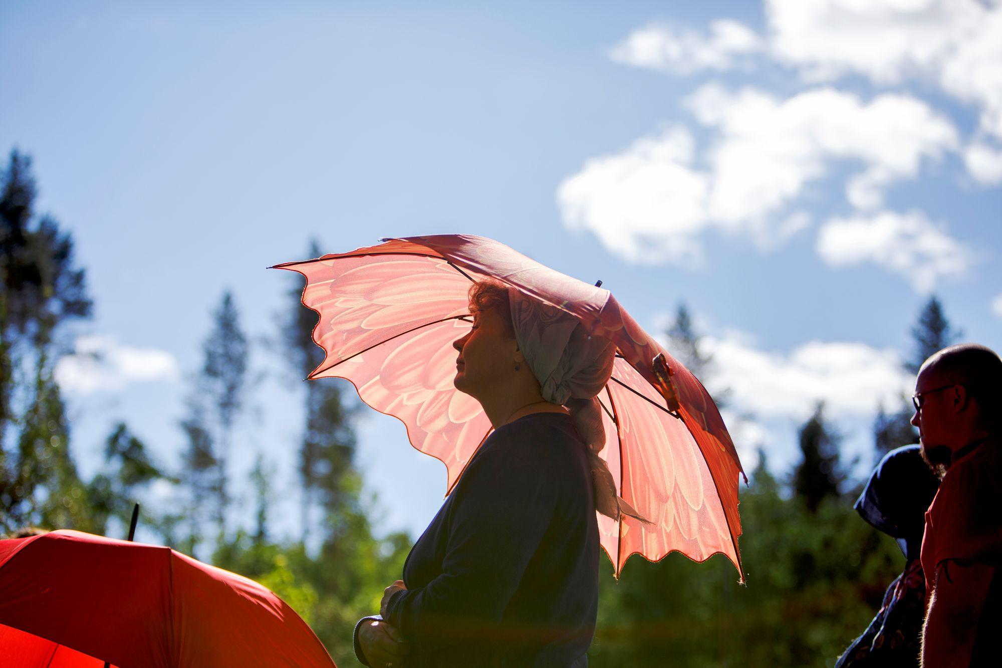 Helteinen paahde sävyttää kesäistä jumalanpalvelusta keuruulaisperheen pihalla. © Hanna-Kaisa Hämäläinen