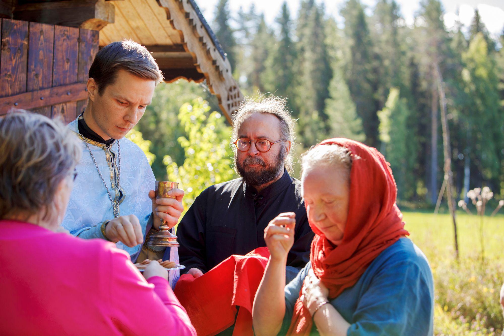 Ville Maahinen (kesk.) avustaa pappia ehtoollisen jakamisessa. © Hanna-Kaisa Hᅢᄂmᅢᄂ