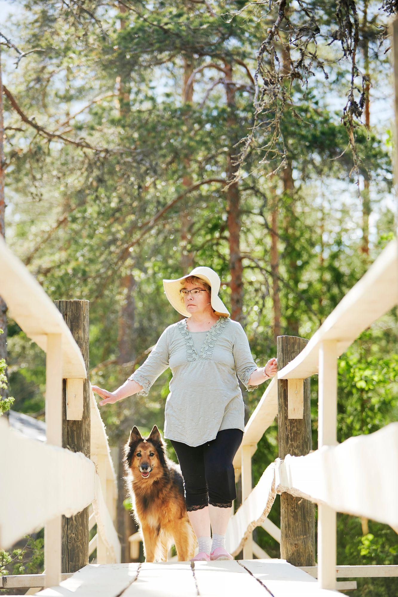 Luonto ja mökki ovat Heli Nurmelle tärkeitä paikkoja. Mukana ulkona kulkee usein Zira-koira. © Sara Pihlaja