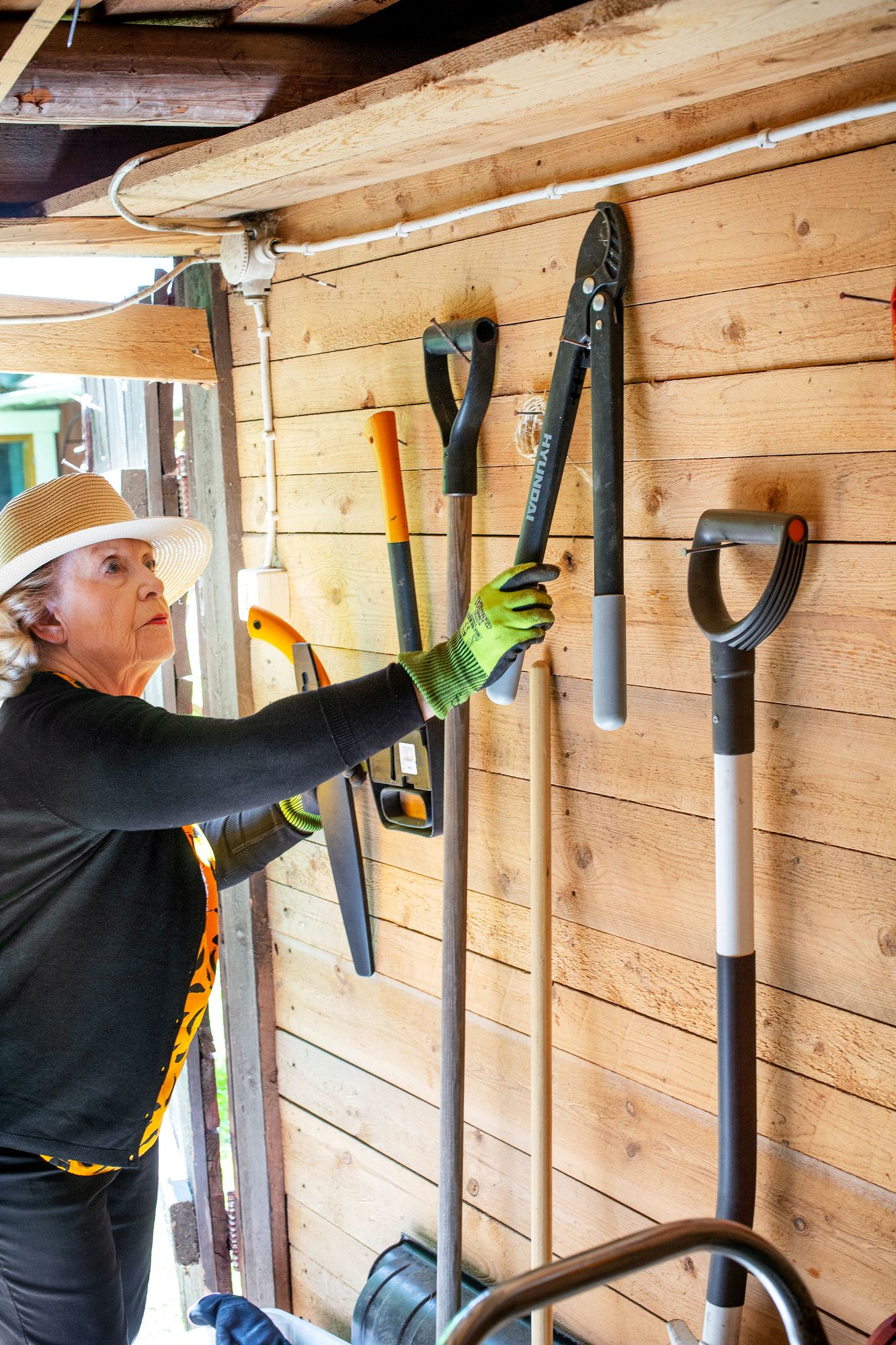 """Työkaluvarasto on Pirjon aarreaitta. """"En ole lainkaan hamstraaja, mutta erilaisista työkaluista pidän melkoisesti."""" © Tiiu Kaitalo"""