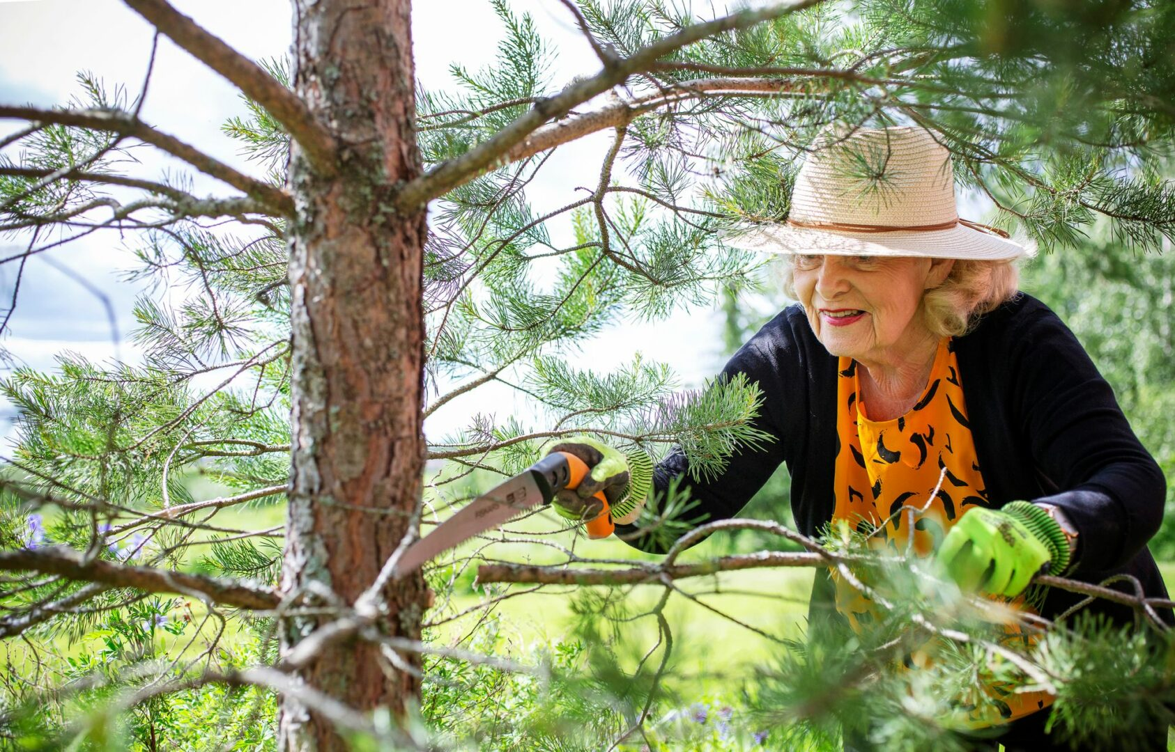 Pihatöiden tekeminen on Pirjolle terapiaa. Kun niiden aika keväällä koittaa, kirjoittaminenkin vähenee.  © Tiiu Kaitalo