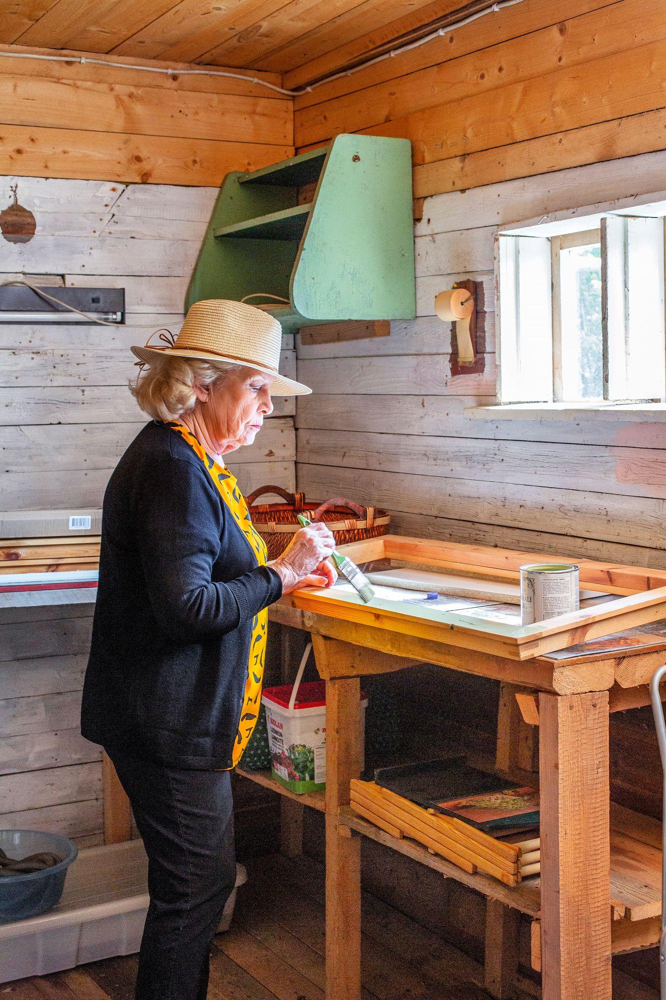 """Pirjo remontoi itse lähinnä maalaamalla ja osallistumalla alusta loppuun kaiken suunnitteluun. """"Etsin aina tietoa remonteista, vertailen vaihtoehtoja, mutta luotan ennen kaikkea ammattilaisten näkemyksiin."""" © Tiiu Kaitalo"""